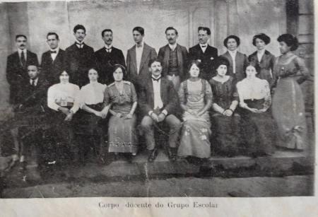 A foto mostra docentes do Grupo Escolar de Franca em 1911. É um documento histórico por duas razões. Primeira: a elegância dos mestres sugere que a profissão era trabalho de muito prestígio na época. Segunda: há número expressivo de homens que trabalhavam como professores primários.